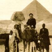 Fran Gundrum travelling to Egypt in 1902. godine, in front of the Ceops Pyramid